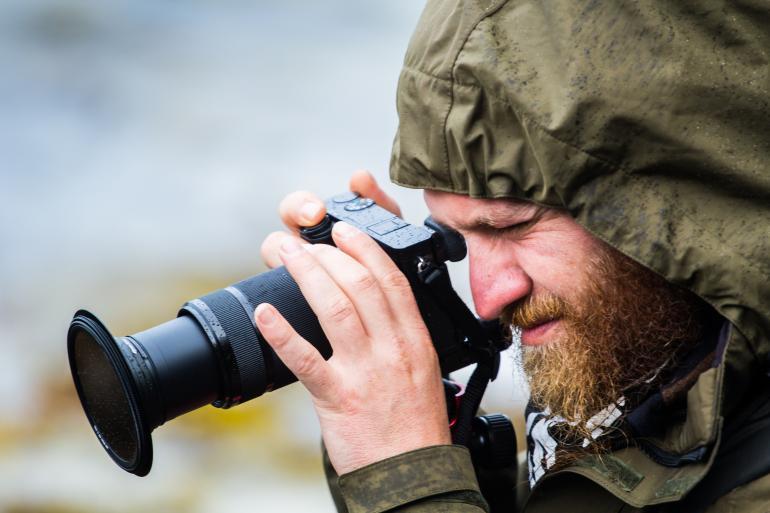 Systemkameras sind gegenüber Spiegelreflexmodellen meist deutlich kompakter. Einige sind abgedichtet, so dass sich auch bei Wind und Wetter noch fotografieren lässt.