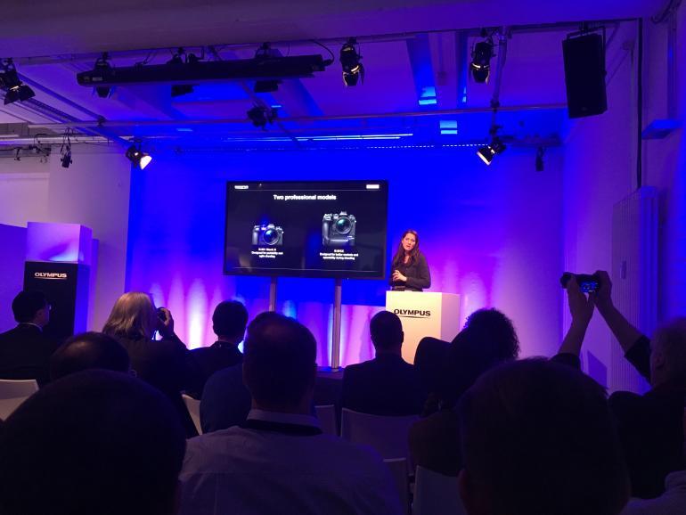 Zwei Topmodelle: Claudia Bähr (Olympus Department Manager Product Manage-ment Imaging) macht in der Produktpräsentation deutlich, dass die neue E-M1X die E-M1 Mark II nicht ersetzt, sondern die professionelle OM-D-Reihe um ein Modell erweitert.