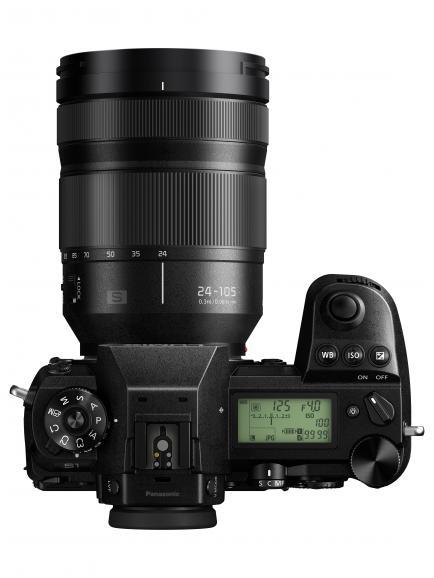 Mit Schulterdisplay: Wichtige Kameraeinstellungen lassen sich beim Blick von oben ablesen.