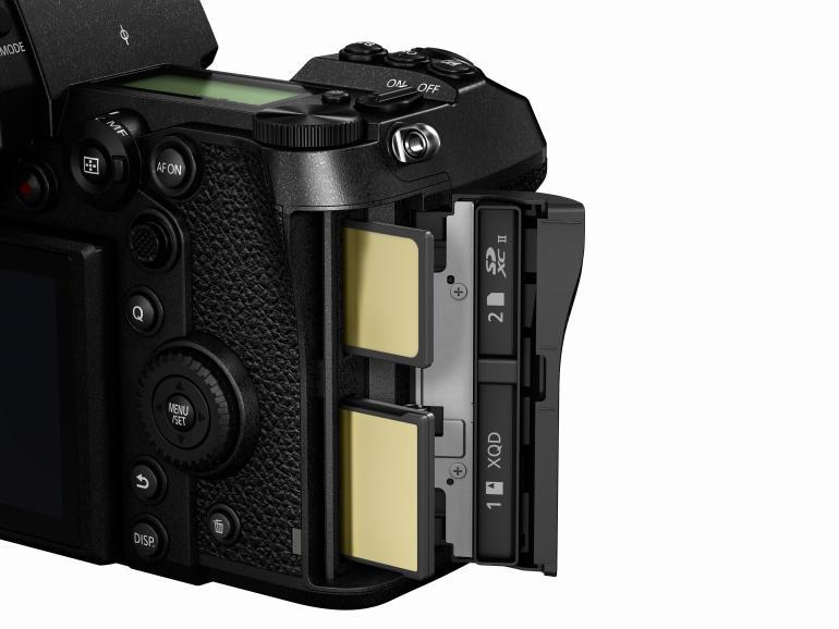 Doppelte Datensicherung: Die Fotos und Videos können simultan auf einer SD- und einer XQD-Karte gesichert werden.