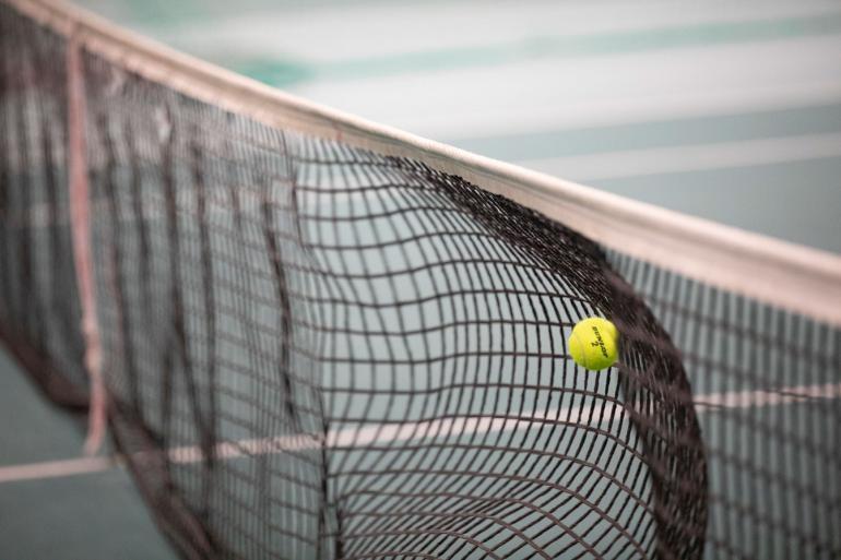 Volltreffer: Die Scharfstellung auf den Tennisball passt mit dem 70-200mm-Objektiv perfekt, und das Netz verläuft in schöner Unschärfe.