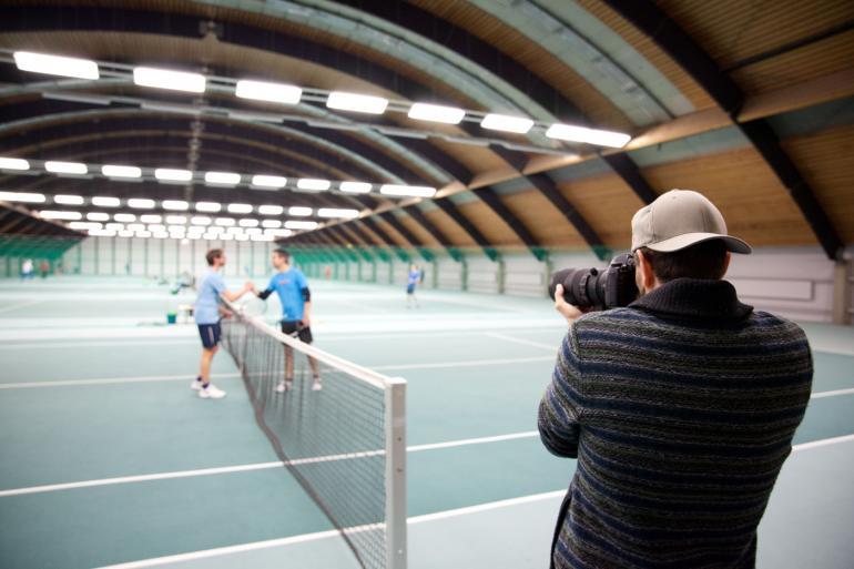 Die beiden Tennisspieler Philipp Bitten und Stefan Altmann fordern sich zum Match heraus. Perfekt für den Einsatz des Sigma 70-200mm F2,8 DG OS HSM | Sports, das wir in einer Kölner Tennishalle testen durfte.