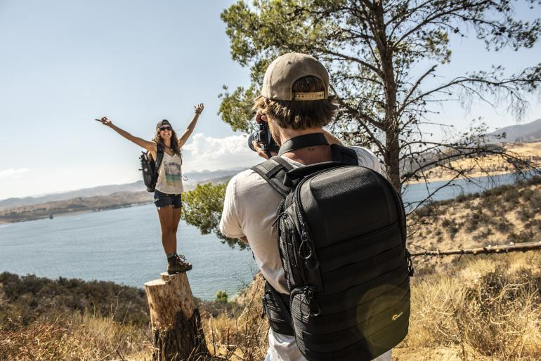 Wer seine Kameraausrüstung transportiert, braucht einen Fotorucksack – auf Reisen ebenso wie beim Profishooting.